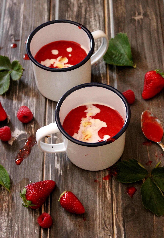 Zuppa fredda di fragole e lampone con panna e olio aromatizzato alla vaniglia 1