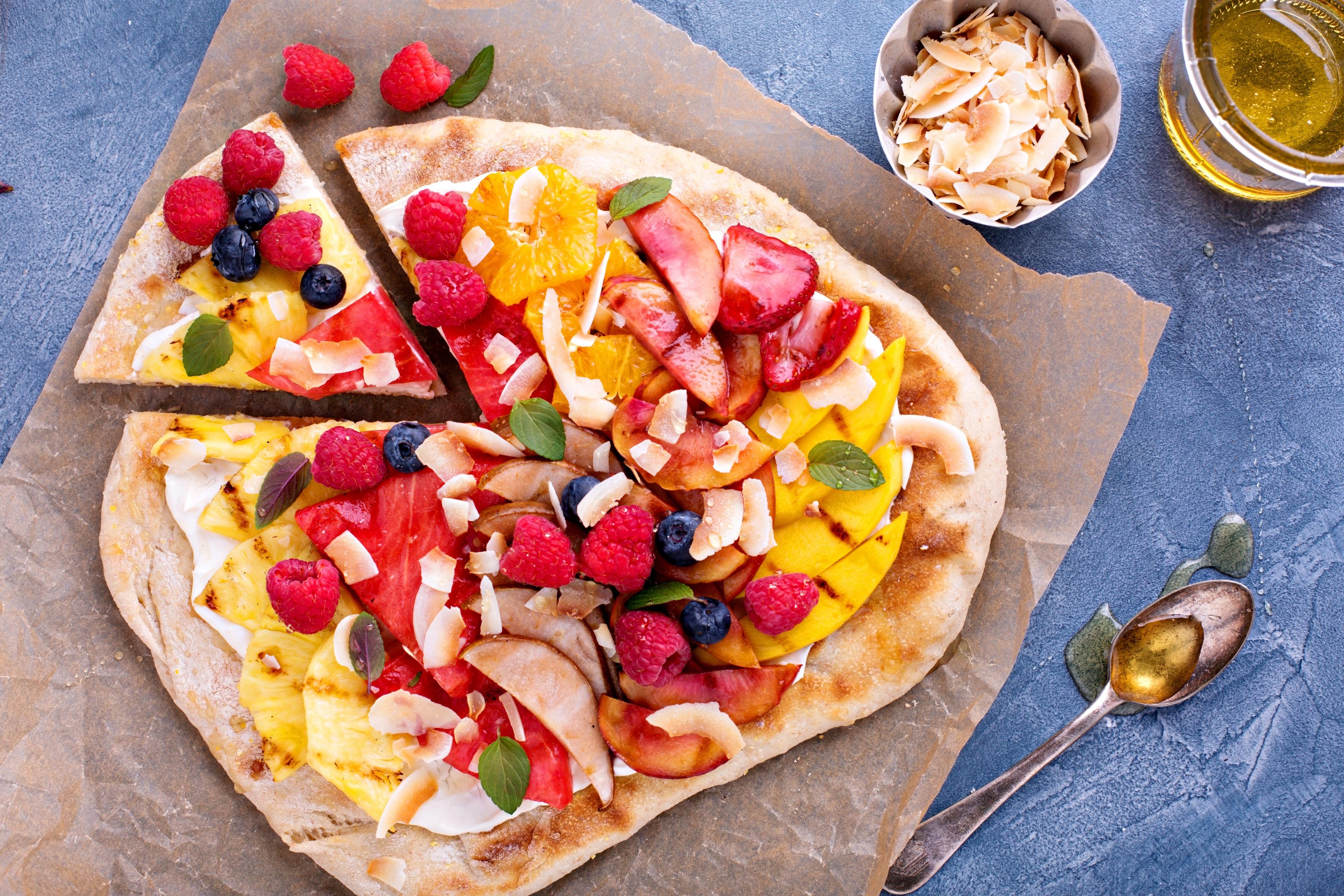 Fruit pizza con crema alla ricotta, frutta di stagione, mandorle e miele 2