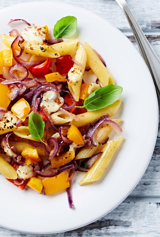 Penne rigate al forno con peperoni, cipolla rossa e mozzarella di bufala 1