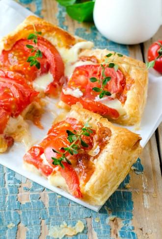 Sfogliatine pomodoro, mozzarella e timo