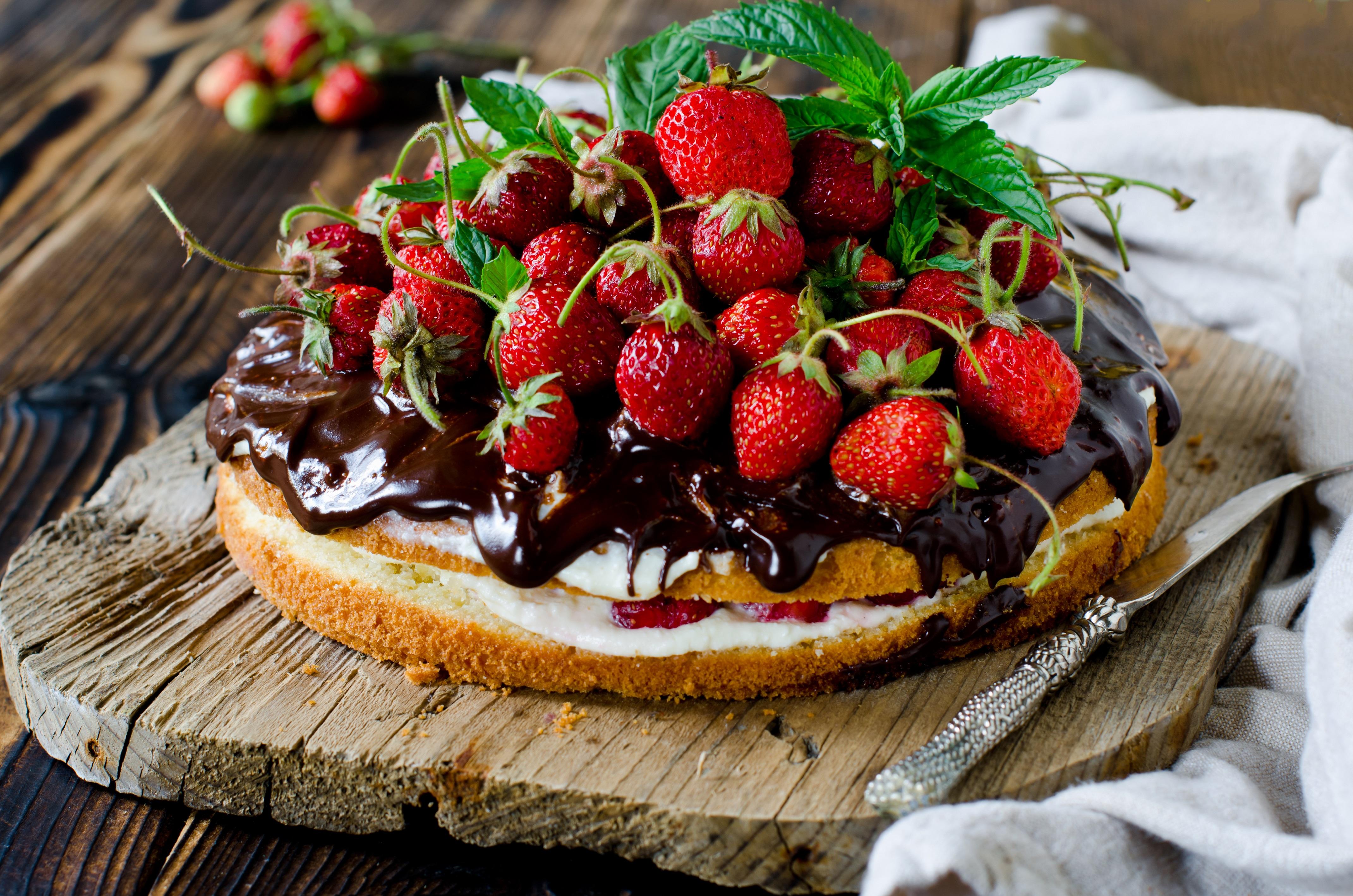Sponge Cake con crema chantilly, cioccolato e fragole 1