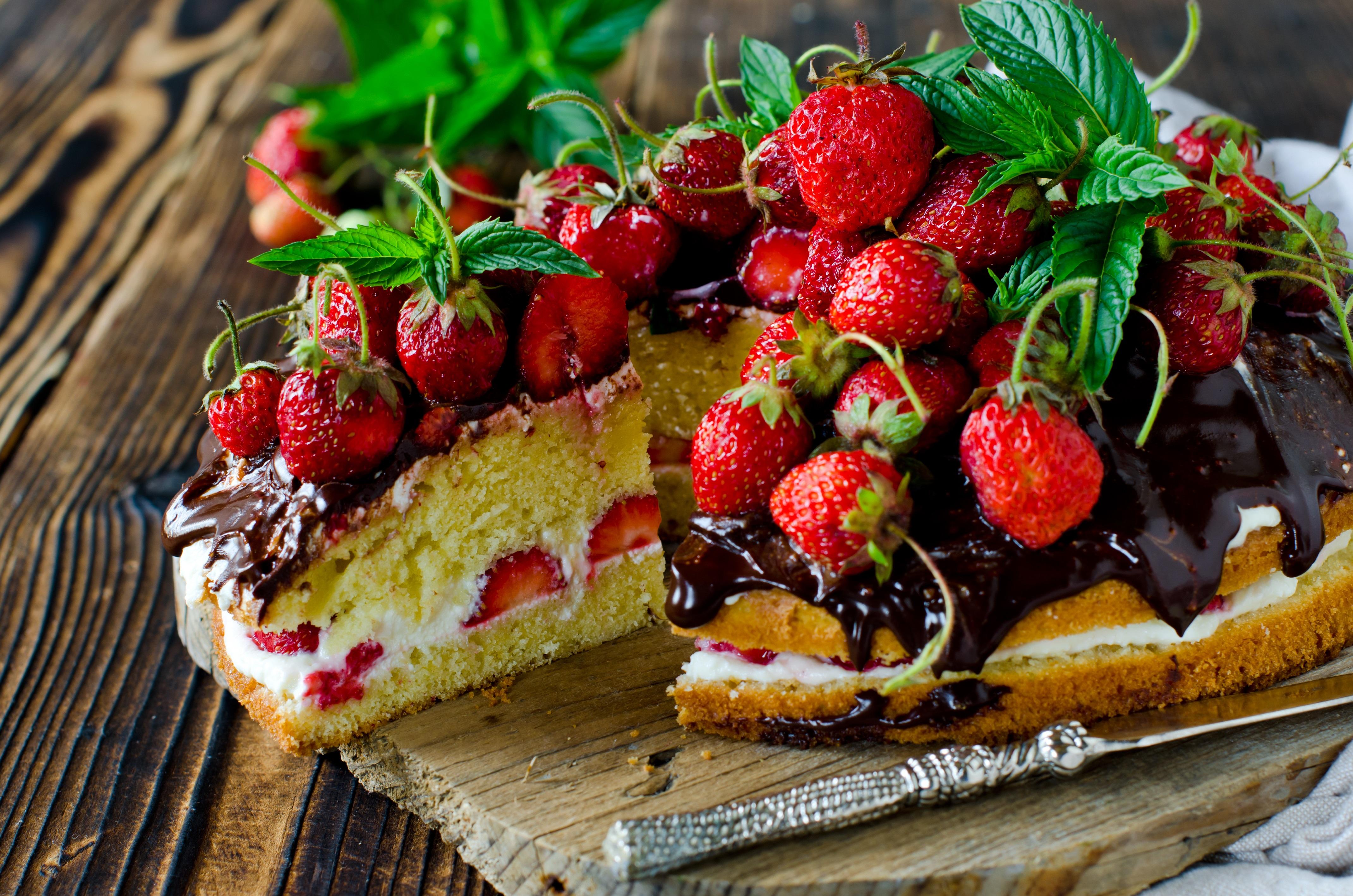 Sponge Cake con crema chantilly, cioccolato e fragole 3