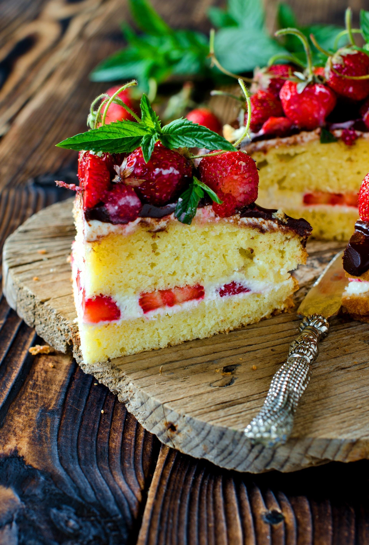Sponge Cake con crema chantilly, cioccolato e fragole 4