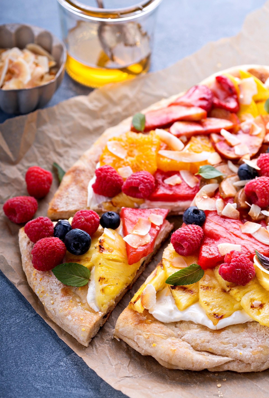 Fruit pizza con crema alla ricotta, frutta di stagione, mandorle e miele 1