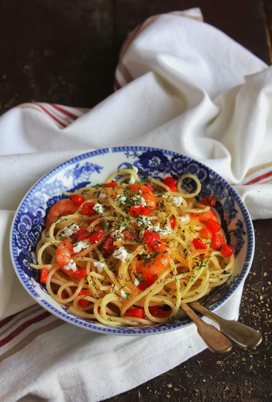 Spaghetti con gamberi, pomodorini, peperone e feta